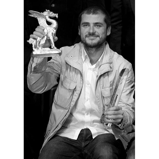 Камен КалевПоредната българска гордост, режисьорът Камен Калев, прославя таланта си и българското изкуство в цял свят. Той взима участие във всички големи кино фестивали в света, при това със завиден успех. Токио и Кан са началните спирки на режисьора, а филмите му са наситени с истина, макар и понякога болезнена; смисъл и дълбочина.