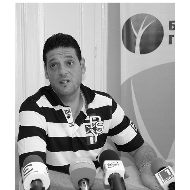 Пламен КонстантиновТой еновият треньор на волейболните национали, висок, снажен, широкоплещест и хубав, скрил зад чертите си страшно много сексапил и мъжественост.