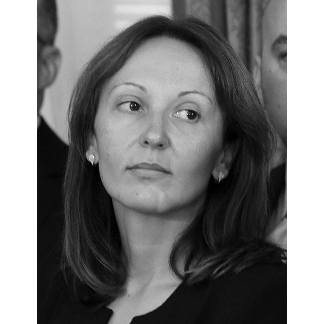 Евгения РадановаЦарицата на шорттрека стана и министър на спорта в служебното правителство.Тя е красива, целеустремена и скромна, истинска шампионка. Пожелаваме й да работи достойно и отговорно и нататък във времето, така, както защити името на България с олимпийските си медали.