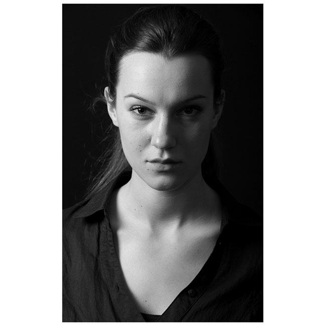 """Дария СимеоноваТова е актрисата от театър """"София"""" Дария Симеонова, която ненапразно попада в нашата класация. Изключително красива и талантлива, и двете проверени с очите ни, тя заслужено си спечели номинация за Икар в началото на годината и уверено си порпави път към света големите родни театрали."""