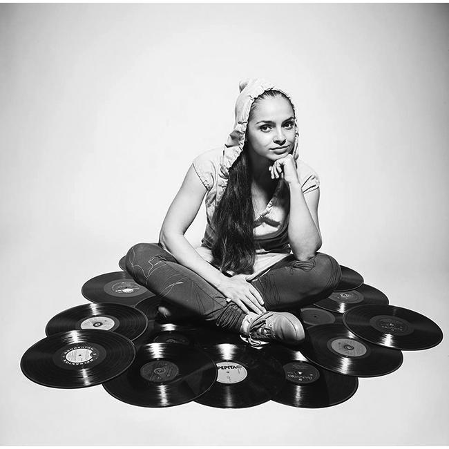 Десислава АндоноваНякъде между суинг-а, соул-а и фънк ритмите, Деси не се спира и за секунда. Завършва класическо пеене, но музикалната вълна я отвежда в друга посока и чаровната брюнетка основава групата Phuture Shock, а по-късно става част от триото Sentimental Swingers. Свежа, зареждаща и вдъхновяваща, както със собствените си ритми и несломимата си усмивка, така и с DJ сетовете си. Не спираме да слушаме и чисто новия й сингъл, който навреме ни подсети за нея.Сн.: Тихомир Рачев