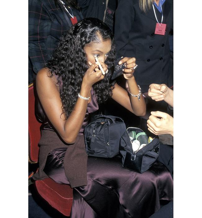 Наоми Кембъл се подготвя зад кулисите за модното шоу, в Plaza Hotel в Ню Йорк, през 1996 година.