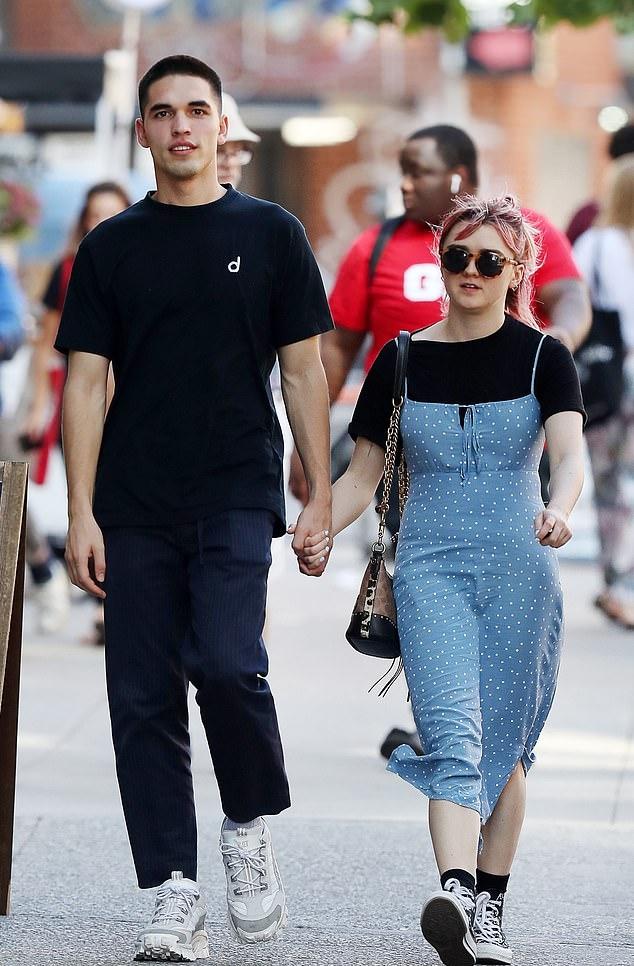 Мейзи Уилямс и Рубен Селби И двамата са по на 22, и двамата споделят една и съща любов към модата. Младежът е съосновател на модната агенция Contact Agency и на креативната агенция Cortex. Работи и за приложението Daisie, създадено от актрисата, изиграла Аря Старк.