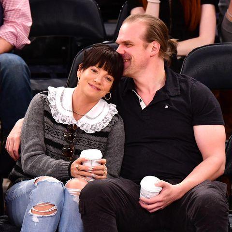 """Дейвид Харбър и Лили Алън От това лято насам Дейвид Харбър (44) и Лили Алън (34) са неразделни. Певицата обявява връзката си с актьора (в ролята на шериф Хопър в сериала Stranger Things) в стори в инстаграм. """"Мой"""" пише тя на снимка на бицепса му в близък план."""