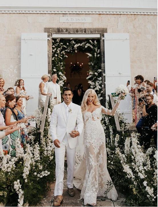 Девон Уиндзор и Джони Барбара Моделката, наподобяваща русалка на Zuhair Murad, се омъжи за притежателя на модната маркаAlexis, в луксозния курорт Сейнт Бартс, като двамата очевидно харесват романтични церемонии в скромен кръг.