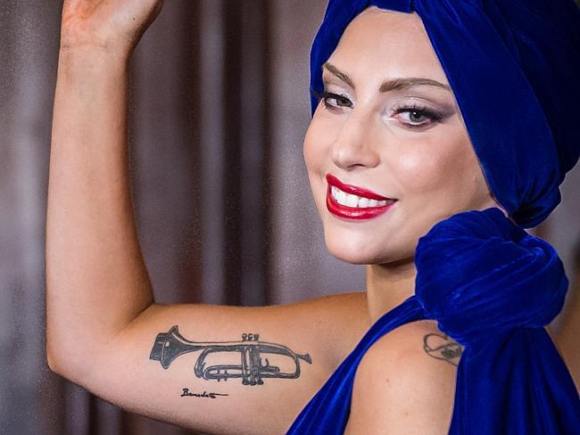 Лейди Гага Любителката на мастилото чества своето епично сътрудничество с Тони Бенет чрез красивият черно-бял тромпет от вътрешната страна на десния ѝ бицепс, който е проектиран от самия Бенет.