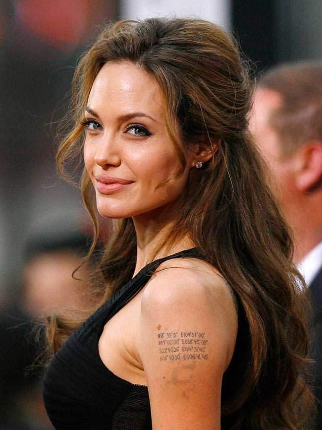 Анджелина Джоли Анджелина очевидно е любител на tatoo изкуството, но тази на лявото ѝ рамо е възможно най-сладката. Тя изобразява координатите от мястото на раждане на всичките ѝ деца, както и тези на бившия ѝ съпруг - Брад Пит. Ауч!