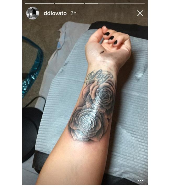 """Деми Ловато Деми не спира да добавя нови мастилени творения по тялото си. Последната си гордост тя сподели в Snapchat. Певицата постна и видео, докато иглата """"играе"""" по ръката ѝ и накрая се похвали с крайния резултат - две големи рози под стара татуировка, която гласи Stay."""