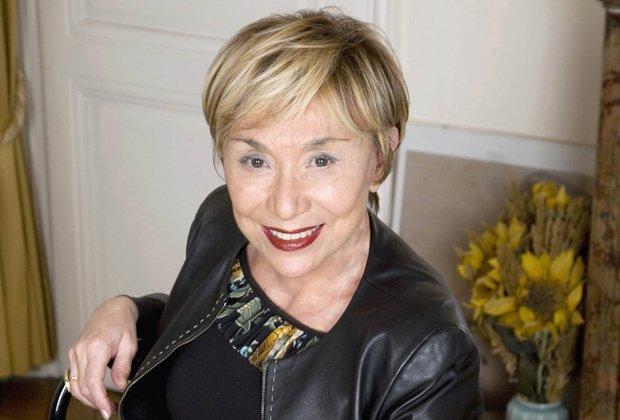 """Юлия Кръстева   За нея спокойно можем да кажем, че е френско-българска изследователка, а също и психоаналитик, лингвист, семиотик, философ, както и не на последно място феминист. Родената в Сливен привърженичка на равноправието между половете от малка изучава френски език, което логично още през 1966 г. я отвежда в Париж. Макар да идва от Източна Европа, във Франция Кръстева успява да си създаде име на сериозен учен в областта на семиотиката, лингвистиката, психоанализата и литературата. Става част от интелектуалното движение Тел Кел. Там работи редом с Ролан Барт, Мишел Фуко, Жак Дерида, Цветан Тодоров, Клод Леви-Строс, Жак Лакан и Люсиен Голдман. Трудовете й заемат изключително важно място в постструктуралната мисъл и литературна критика. Тя е и известен писател, като част от романите й имат за тема България и Балканите. Превръща се в международно признат учен, става професор в """"Париж Дидро VII"""", както и в едно от най-реномираните американски учебни заведения – Колумбийския университет в Ню Йорк. Считана е за """"последния публично известен интелектуалец"""" и за един от стоте мислители на XX век, редом с Еко, Орхан Памук, Вацлав Хавел и Папа Бенедикт XVI – според класацията на сп. """"Форин Полиси"""". През 2004 г. Норвежкото правителство й дава Холбергова награда (еквивалент на Нобелова награда за хуманитарни науки), за """"новаторската работа, посветена на въпросите, разположени в пресечната точка между език, култура и литература""""."""
