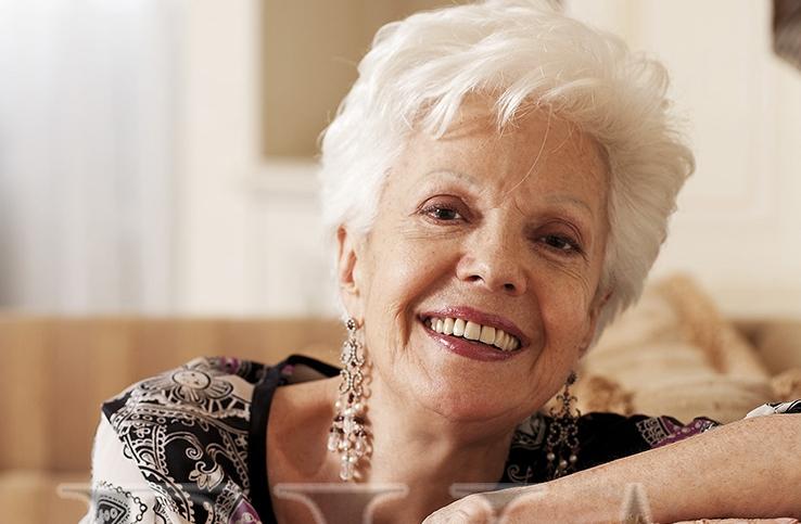 """Райна Кабаиванска   Райна Кабаиванска е музикален педагог и общественик, оперна певица, с един от най-значимите световни сопранови гласове през втората половина на XX век. Работи дълги години в Италия, и съответно получава наградата """"Кавалер на Ордена на Италия"""". Както и петкратното й награждаване за най-популярната личност на Ботуша и два пъти музикант на годината. Каква чест! Бургазлийката от малка започва да свири на пиано и да пее в Детски хор """"Бодра смяна"""". След като се дипломира в Държавната консерватория """"Панчо Владигеров"""", където учи първо при Людмила Прокопова, а след това при Илия Йосифов, е назначена в Софийската опера като хористка, което логично я амбицира да кандидатства за стипендия за специализация. Което я отвежда до световната слава на италианската сцена. Следват, разбира се с много труд и талант, грандиозни успехи в изявите й на световните музикални сцени, които й донасят световна слава. Пее в Метрополитън опера, Виенската опера, Арена ди Верона, московския Болшой театър, лондонския Ковънт Гардън, Карнеги хол. Днес Райна Кабаиванска води майсаторски класове в НБУ и основател фонд с нейното име, който който отпуска стипендии за млади български таланти."""