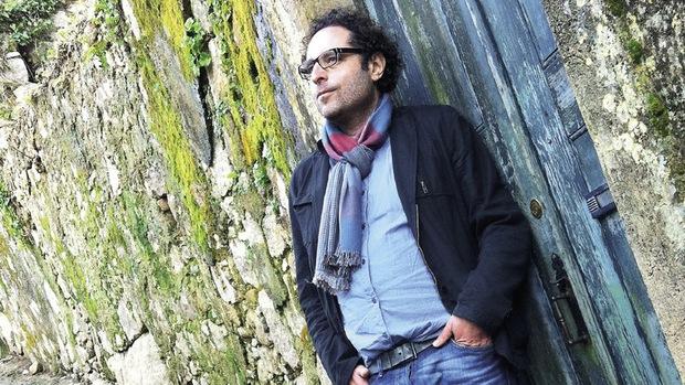 """Теодор Ушев   Той е аниматор, плакатист, графичен дизайнер и син на художника Асен Ушев. Дипломира се през 1995 г. в специалността Графичен дизайн в Художествената академия и в България е известен главно с театралните си афиши от 90-те години. Животът го принуждава да отиде, живее и твори в Монреал, Канада, където създава своите филми, в сътрудничество с канадския Национален филмов съвет. От 2010 г. преподава и провежда работилници и майсторски класове в повече от 20 университета и фестивали по света - Япония, Франция, Испания, Германия, Португалия, Лондон, Будапеща и др. Анимационните му творби печелят десетки световни награди и признания и са показвани в многопрестижни ретроспективни фестивали. През 2014 г. Канадският филмов институт издава книга, посветена на творчеството му, носеща заглавието """"Dark Mirror: The Films of Theodore Ushev"""" (""""Тъмно огледало: Филмите на Теодор Ушев"""") и е под редакцията на Том Максорли, изпълнителен директор на института.  На широката публика артистът стана известен с номинацията си за късометражен анимационен филм при наградите """"Оскар""""  с филма си """"Сляпата Вайша"""" преди няколко месеца."""