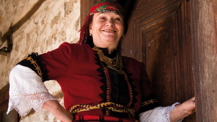 """Валя Балканска   Родената в началото на 1942 г. като Фейме Кестебекова в с. Арда, Кърджалийско, в българо-мохамеданско семейство, е българска народна певица от Родопската фолклорна област. Кариерата й започва през 1960 година, като солистка в Държавния ансамбъл за народни песни и танци """"Родопи"""" − Смолян, откъдето получава и псевдонима си. За жалост, или пък - не, най-известният ѝ запис − самостоятелното изпълнение на песента """"Излел е Делю хайдутин"""" – най-известната й песен, направен в края на 60-те години на ХХ век от американския изследовател на българския фолклор Мартин Кьонинг, е издаден на плоча в САЩ. Няколко години по-късно екземпляр от плочата попада """"случайно"""" сред закупените за прослушване записи при подготовката на Златната плоча − послание от Земята, което да полети извън пределите на Слънчевата система на борда на два идентични космически летателни апарата от програмата """"Вояджър"""" на НАСА. Песента е включена в окончателната 90-минутна селекция от музикални произведения от Карл Сейгън и полита най-напред на """"Вояджър 2"""", изстрелян през 1977 г., и малко по-късно и на """"Вояджър 1"""", с което става първият обект с човешки произход, напуснал Хелиосферата и навлязъл в Междузвездната среда. Валя е космическа!"""