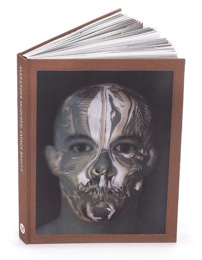 Alexander McQueen: Savage BeautyАлбумът включва най-доброто от работата на гениалния британски дизайнер АлекзандърМаккуин, самоубил се през 2010-та година.Отstore.metmuseum.org