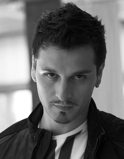 Той е Александър Сано - Среброто... много красив мъж и талантлив актьор!