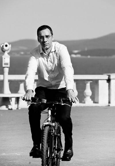 Димитър НиколовМечтаем си управникът на нашия град да изглежда така! Димитър Николов, кметът на Бургас, е един висок 1,94 мъж с външност на английски джентълмен, който успя да преобрази града си с любов и отговорност!