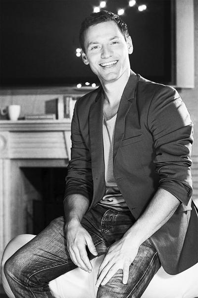 Орлин ПавловПевецът и актьор спечели приза Най-красив мъж за 2010-та в класацията нa ViewSofia, заслугите му отново да е тук са много, а красотата му - очевидна.
