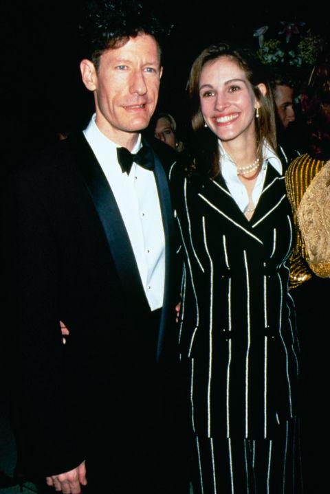 Джулия Робъртс и Лайл Ловет След Лиъм, Джулия се хваща с певеца Ловет, с когото се запознават, лятото на 1993 година, на снимачната площадка на The Player. Вдигат сватба след едва триседмична връзка, но се развеждат през март 1995 година.