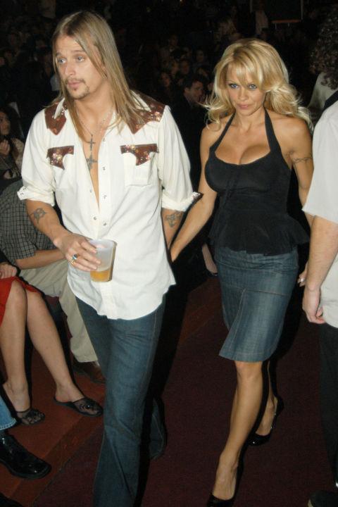 """Кид Рок и Памела Андерсън Рокаджията и сексбомбата се сгодяват през 2003 година, но се разделят преди да си кажат заветното """"Да"""" пред олтара. След това обаче отново се събират и вдигат луда сватба на яхта. Бракът им просъществува само 4 месеца, защото пред ноември 2006 година Памела подава молба за развод."""