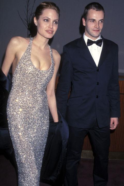 """Анджелина Джоли и Джони Лий Милър Актрисата и първият й съпруг се срещат по време на снимките на филма """"Хакери"""" през 1995 година. Женят се през март 1996-та година, но се развеждат три години по-късно."""