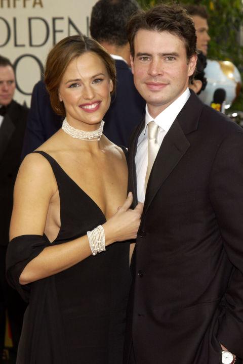 """Дженифър Гарнър и Скот Фули Актрисата и колегата й се женят през октомври 2000 година, след като се срещат на снимките на Felicity. Разделят три години по-късно. """"Не бяхме един за друг, въпреки че той е много мил мъж"""", каза преди години Дженфър по адрес на Скот."""
