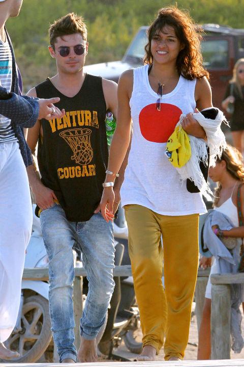Зак Ефрън и Мишел Родригез Това странно съчетание се гушка за около два месеца през 2014-та година, когато с връзката си шокираха не малко хора. Въпреки това и до ден днешен актьорите са си близки приятели.