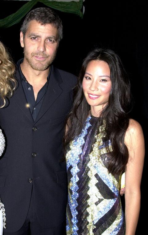 Джордж Клуни и Луси Лиу Да, тези двамата наистина са били двойка. Любовта им пламва през 2000-та година, а шест години по-късно двамата са забелязани да се целуват навръх Нова Година.
