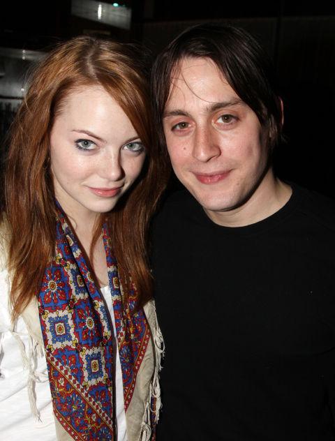 Ема Стоун и Кийран Кълкин Да, Ема наистина се гушка с братът на Маколи Кълкин - Кийран. Връзката им обаче трае само една година.