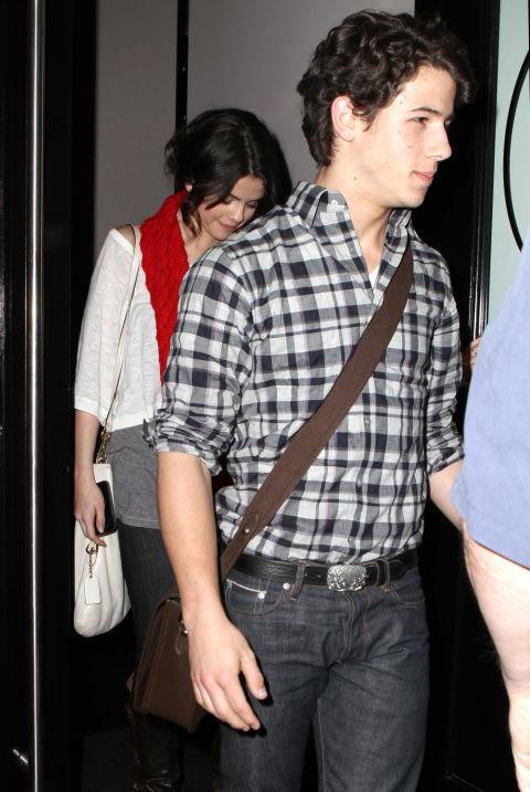 Ник Джонас и Селена Гомес Преди Селена да се гушка с Джъстин Бийбър, излиза с друг певец - младият Ник Джонас.