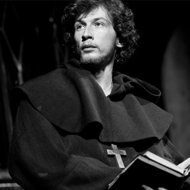 Леонид Йовчев  Леонид е от онези актьори, които са родени актьори и го носят в себе си. Ролята на Хамлет е създадена за него и ако не сте го гледали, поправете грешката си.