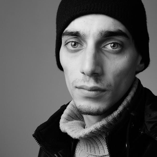 """Ованес Торосян   Ованес е сред обичайните заподозряни, заговорим ли за българско кино и театър. С хипнотизиращо сините си очи и фанатичната си отдаденост към актьорската кариера, Торосян успешно покорява нови и нови върхове, част от които са незабравимите му роли в """"Аве"""", """"Източни пиеси"""", """"Съдилището"""" и """"TILT"""", като и най-новите """"Каръци"""", """"Сняг"""" и """"Лъжесвидетелят""""."""