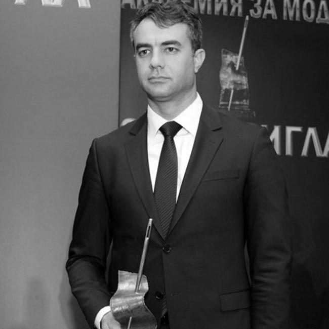 """Павлин Андреев   Павлин Андреев е собственик на българския моден бранд за мъжко облекло Andrews. Изцяло концентриран върху развитието на бизнеса си, Павлин е успешен млад мъж, истински перфекционист, както в работата, така и в живота. Припомняме, че благодарение на него, прекрасната ни инициатива """"Красиви умове"""", стана реалност."""
