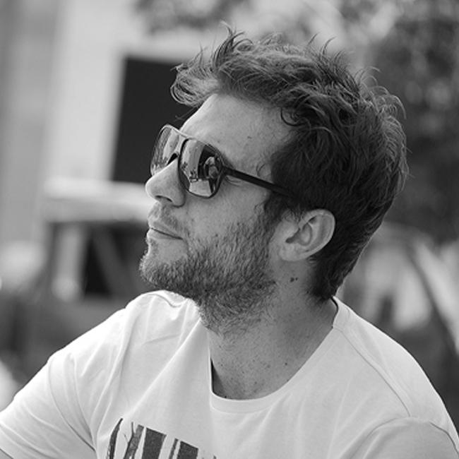 Руши Видинлиев  Звездата на 90-те се завърна в България след 8-годишно отсъствие от сцената, за да играе главна роля в дебютния филм на режисьора Лъчезар Аврамов. Освен това направи концерт в един от популярните столични клубове, а и нека не забравяме най-вълнуващата новина около него - стана татко. Поздравления!