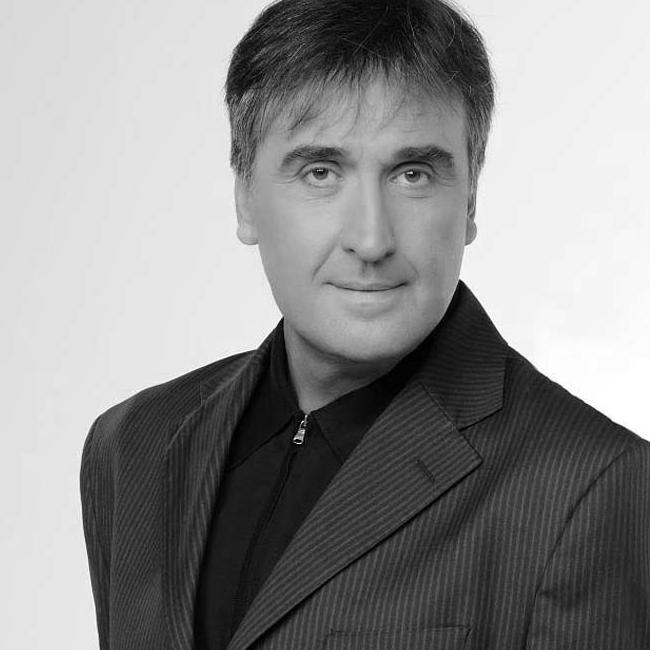 """Веселин Маринов За Веско Маринов думите сякаш за излишни. Едва преди дни той направи грандиозен концерт в зала """"Арена Амреец"""", с който отбеляза цели 35 години на сцена."""