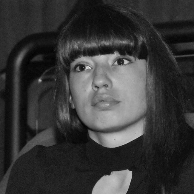 """Анжела Недялкова Изключително интересна актриса, и с лицето, и с ролите си. Изгря с """"Аве"""" на Камен Калев, в който талантът й разплака зрителя, последваха роли в """"Пътят към Коста дел Маресме"""" и популярния тв сериал """"Връзки"""", както и филмът """"The Paradise Suite"""". Красавицата отвя критиците като съвсем изненадващо се появи в трейлъра на така чаканото продължение на """"Трейнстопинг"""" рамо до рамо с Юън Макгрегър. Дълбочина, нежност, странна хубост, Анжела."""
