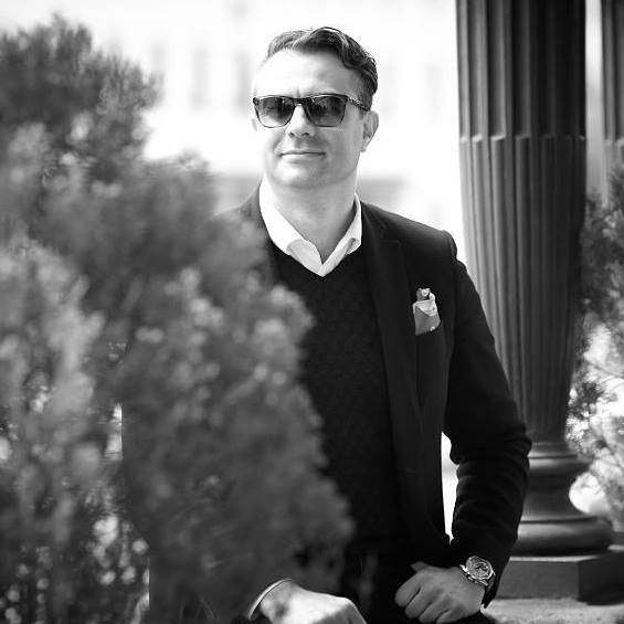 Павлин Андреев Винаги сме били на мнението, че перфектния мъж трябва да знае как да се облича и да се отнася към дрехите си със същото внимание, с което и към нас. А кой мъж знае да се облича по-добре от този, който създава дрехи? Павлин е собственик и създател на един от най-големите български модни брандове - Andrews, който може да се похвали с все по-впечатляващи успехи сезон след сезон. Добрият пример следва да бъде адмириран, още повече когато е така чаровно овладян!