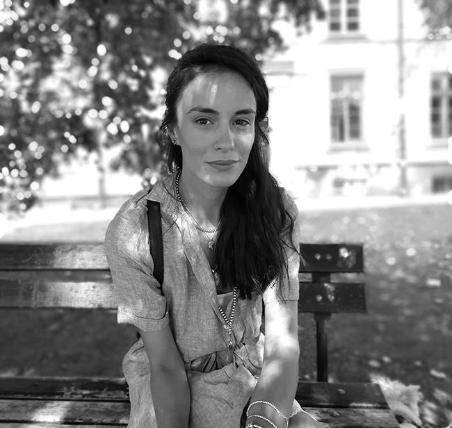 """Радина Кърджилова Позитивна, енергична, дейна и усмихната, една от най-красивите ни кино и театрални актриси е и горда майка, щастлива съпруга и невероятно хубаво момиче. През 2017-та се завърна с бясна скорост на българската сцена и я гледаме с удоволствие и в """"XII A"""", и на сцената на НТ в """"Танцът Делхи"""". Прекрасна!"""