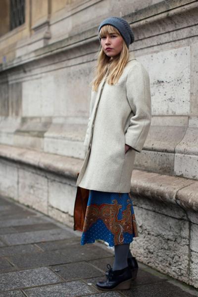 Просто съвършеното градско изпълнение -дълга пола, минималистично палто, сив чорап и старовремски обувки.internationalstreetstyle.com