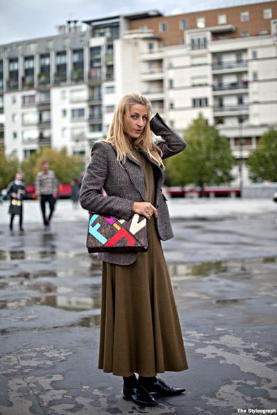 Вълнената пола в цвят милитъри зелено е чудесната алтернатива на дългото палто. Тук е прекрасна с пуловер и късо кашмирено сако.thestyleograph.com