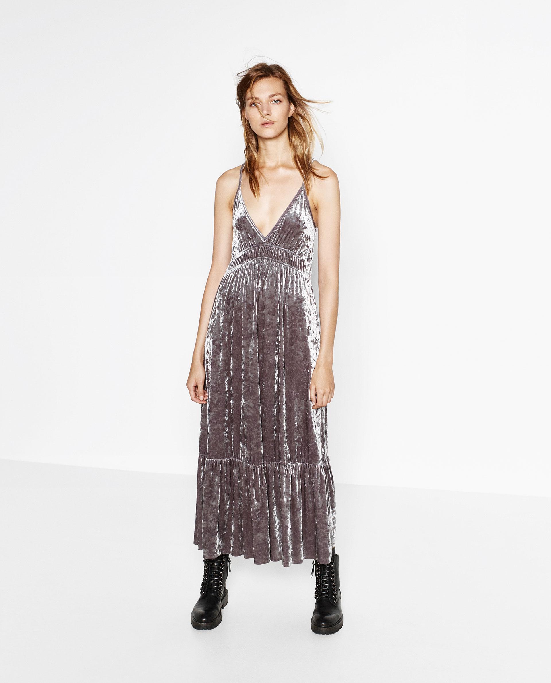 Дълга кадифена рокля Zara  49,99 лв   Кадифето е определено един от трендовете фаворити за сезона.