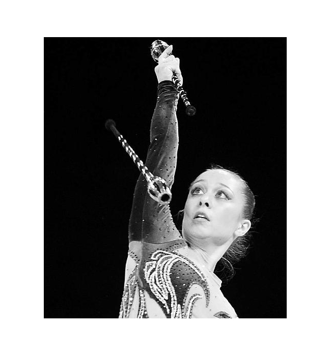 Силвия МитеваВъпреки че е обявена за състезател номер 1 на 2013 година от Българската федерация по художествена гимнастика, родната грация наскоро обяви, че прекратява състезателната си дейност. Силвия бе едно от най-красивите и дълги спортни присъствия на страната. Последователна, неуморна и с години номер 1 на България, през тази година тя стана и красива булка.