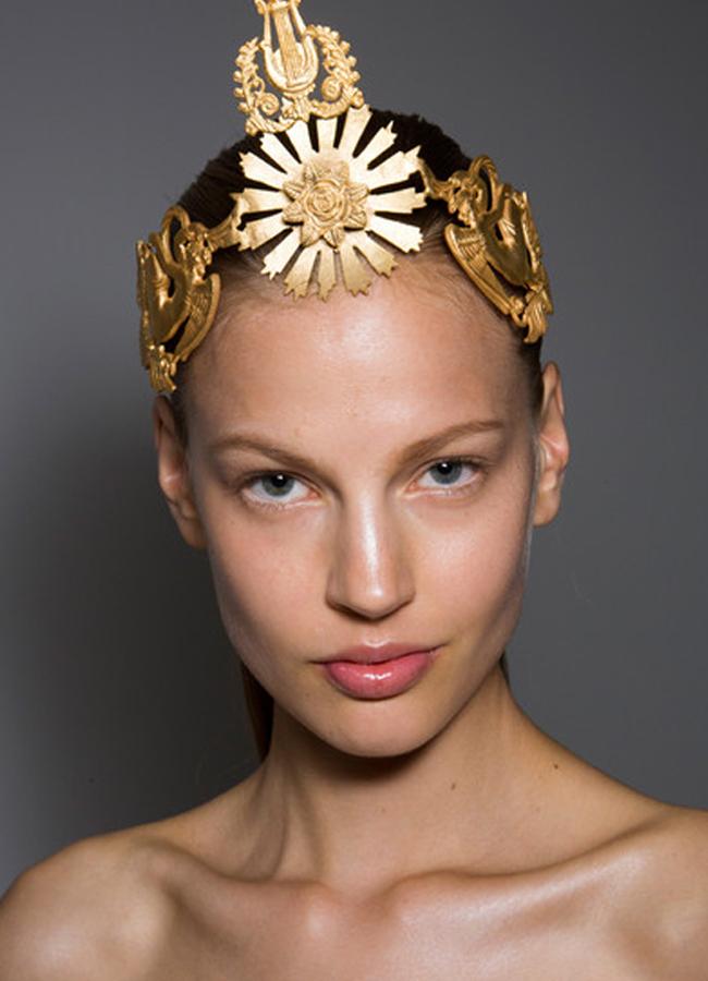 Giambattista Valli Couture, fall 2013Порцеланова хубост с чиста кожа, прибрани назад коси и златно украшение за финал.