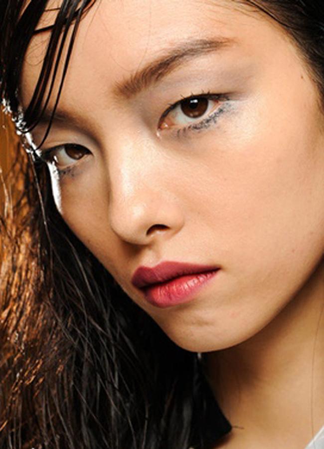 Prada, fall 2013Мокър ефект в косата плюс много семпъл грим с акцент на очите и малко цвят на устните е секси визията на Prada.