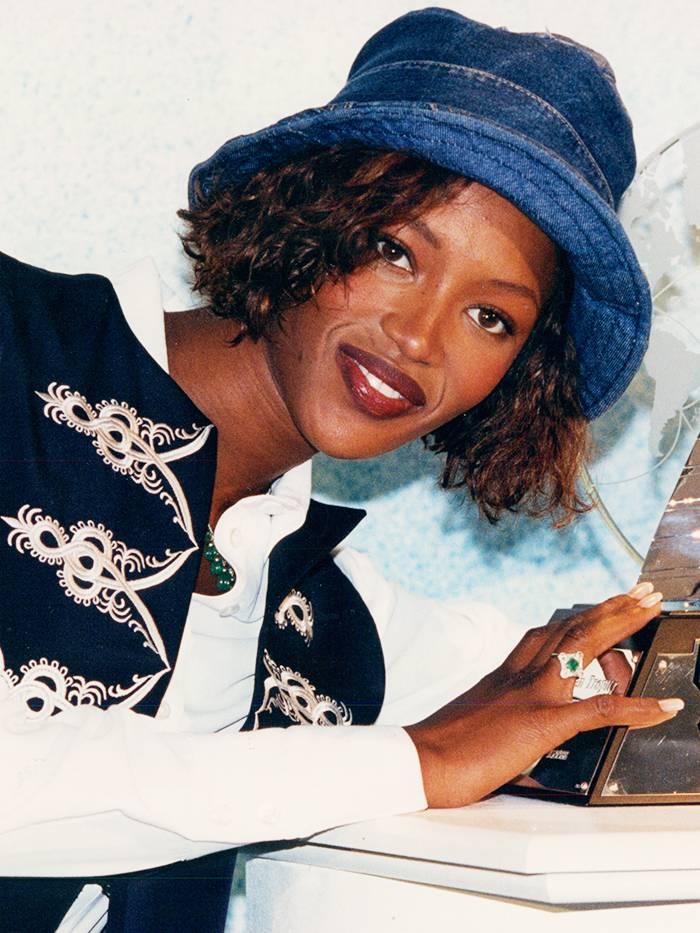 Шапка идиотка Или както е по-удачно да я наричаме - Bucket Hat. Тенденцията започна с Лиъм Галахър от музикалната сцена и премина дори към красивата галва на Наоми Кембъл. Съвсем наскоро я видяхме и на Джъстин Бийбър, както и по рафтовете на всички high street фешън брандове.