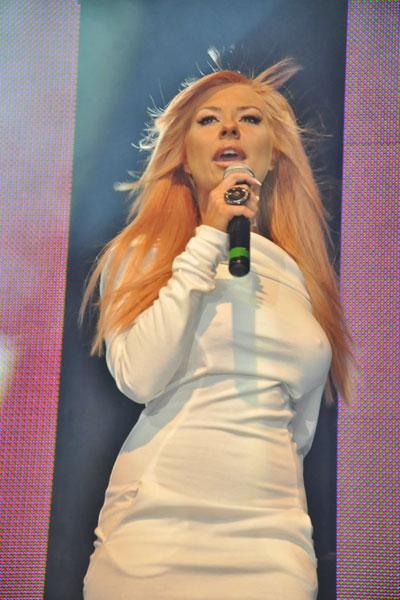 Дори и в бяло Андреа няма как да стане ангел, но иначе изборът й на рокля в случая е повече от приличен.