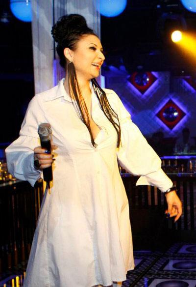 Софи Маринова се старае да изглежда повече от добре, след като спечели Евровизия. За да не се опетнява името й разчита главно на бялото, което доста й отива и на екстравагантните аксесоари. (влюбихме се в обиците й)