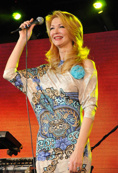 Въпреки че Роси Кирилова е пречупила пастела и принтовете през своя ретро поглед, оценяваме опита й да е в крак с модните тенденции непрекъснато.