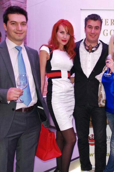 Харесваме съчетанието от черно, бяло и червено, което е направила Антония Петрова, въпреки че не бихме казали същото за косата й.
