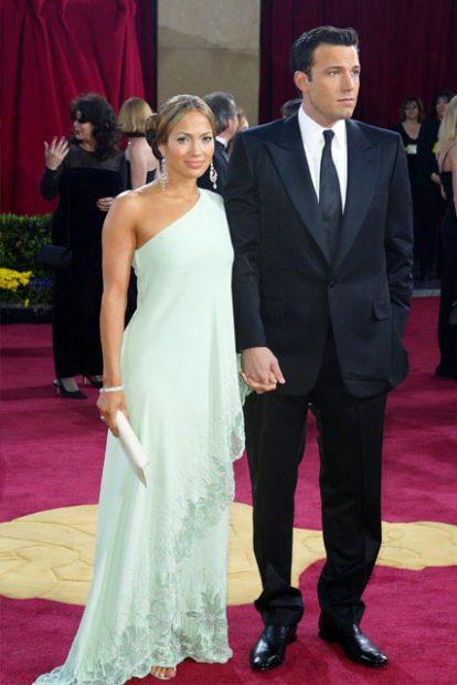 """През 2003 година Джей Ло се появи на """"Оскар""""-ите ръка за ръка с любимия си Бен Афлек, а роклята й на Valentino е вдъхновена от тоалет на легендарната Джаки Кенеди от 1967 година."""