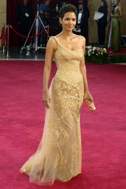 Хали Бери в ослепителна златна рокля дело на любимеца й Elie Saab. Годината е 2003-а.