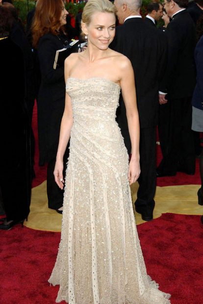 Поредното ослепително Versace, този път облечено от Наоми Уотс през 2004 година.